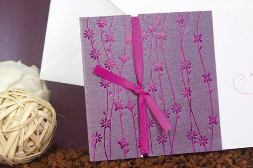 invitaciones-boda-lila-floral-con-lazo-detiketa